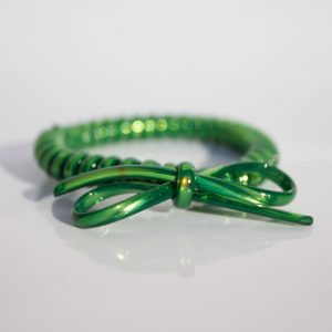 Tmavozelená gumička do vlasov s mašličkou Hairfix - Metallic Bow Forest Green